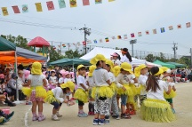 tim hiyoko-gumi, mau nari aloha ^_^ *itu yang bikin rok rumbai-rumbainya ibu-ibunya masing-masing*